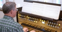 Hybrid Organ Video: Duncan McMahan plays: 'Prelude in F major' (J.S. Bach).